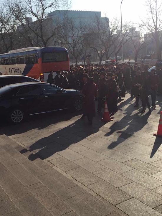 牡丹峰乐团成员下车准备进入下榻酒店