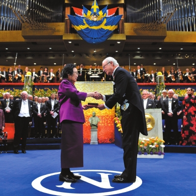 瑞典国王古斯塔夫亲自为屠呦呦颁奖。图/东方IC