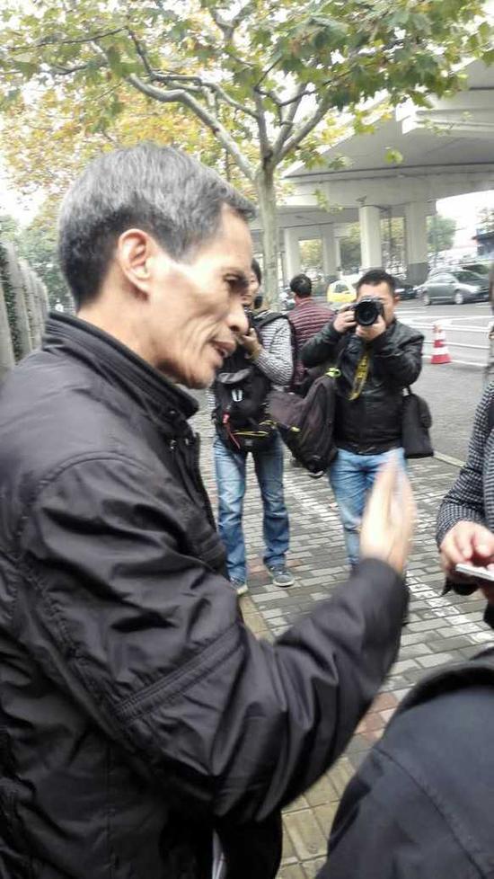 12月11日,与儿子林森浩见了最后一面的林尊耀从上海二中院出来。中国青年报•中青在线记者 王烨捷摄