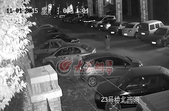 监控拍下张某更阑砸车通过(视频截图)。
