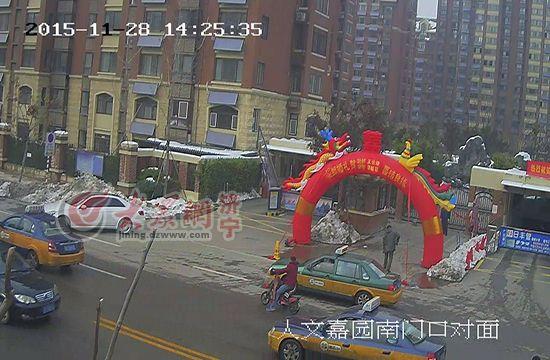 监控拍下张某到人文嘉园实施踩点(视频截图)。