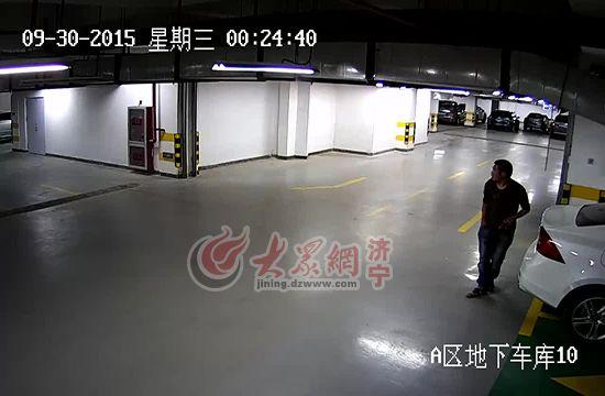 监控拍下张某在地下车库寻找好车下手(视频截图)。