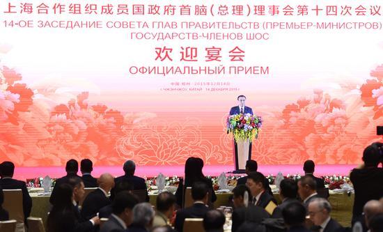 12月14日,国务院总理李克强在河南郑州为来华出席上海合作组织成员国政府首脑(总理)理事会第十四次会议的各国领导人举行欢迎宴会。这是李克强在欢迎宴会上致辞。新华社记者 王晔 摄