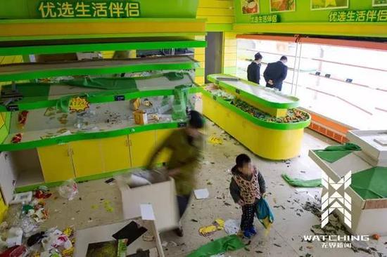 2015年12月15日,湖南长沙,瓜果营行恒乱世家店,会员担忧生果店开张前来抢购。CFP