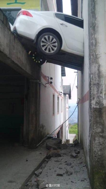 男子因不会开自动挡误踩油门穿墙