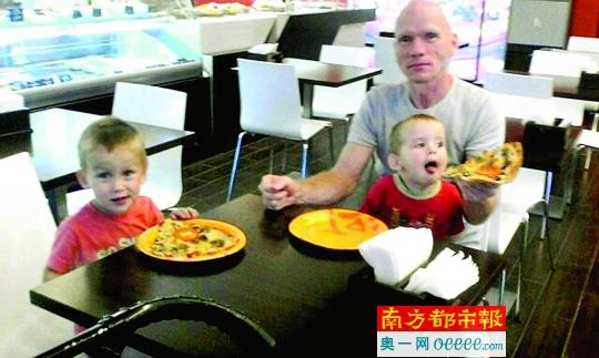 别洛夫照顾两个儿子的资料照片。