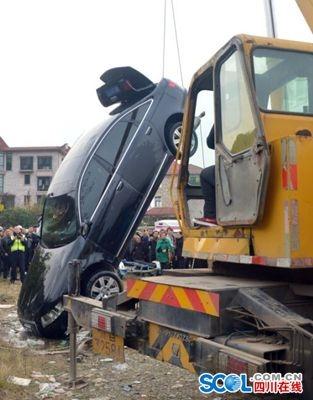 被打捞下去的汽车。李志豪 摄