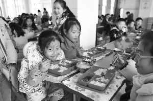 新城小学的孩儿们在食堂吃午餐
