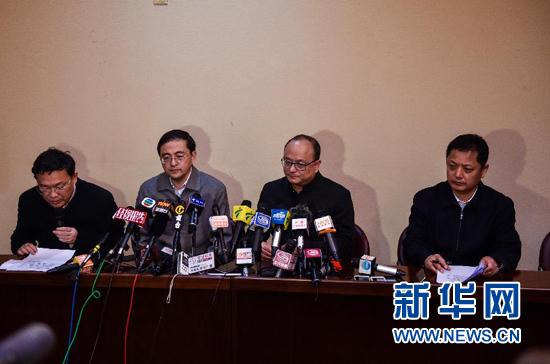 12月20日,深圳市应急办主任杨峰(右二)在新闻公布会上传递状况。