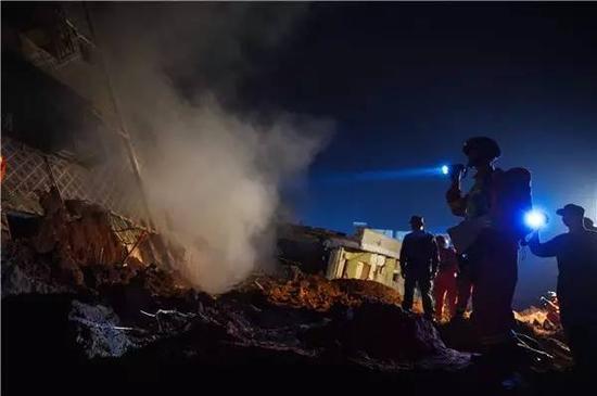 12月20日,消防官兵在一处居民楼搜救。新华社记者 毛思倩摄