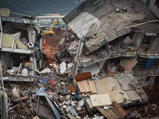 12月21日,救援人员在山体垮塌现场继续搜救。新华社记者 毛思倩摄