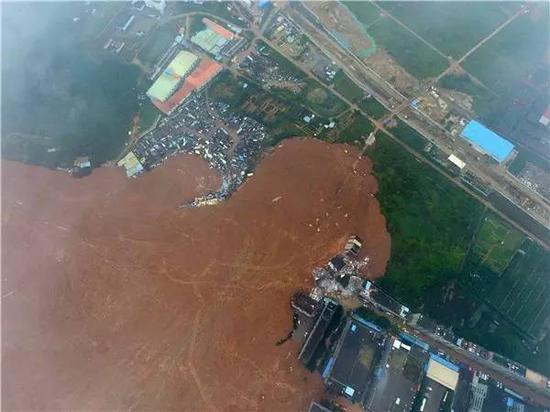 12月21日从空中拍摄的深圳山体滑坡现场。新华社记者 郑磊摄