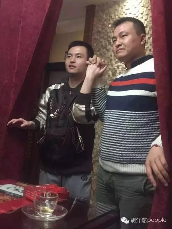 12月19日,孙文麟和男朋友胡亮堂在长沙一家茶室。图左为孙文麟。
