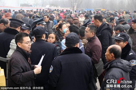 2015年12月22日,山东博兴,众多群众聚焦在博兴县人力资源和社会保障局外排队等待补缴社保。