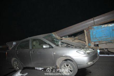 轿车被钢材贯通