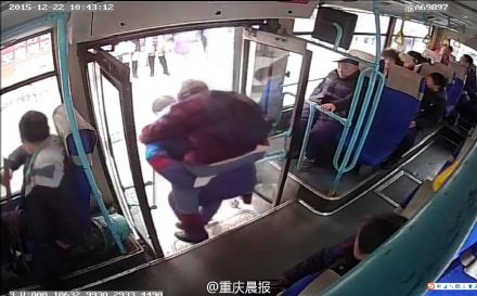 公交司机背腿脚不便老人下车