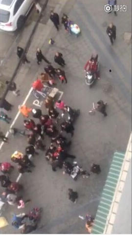 礼服女子围着摊贩打了起来。视频截图