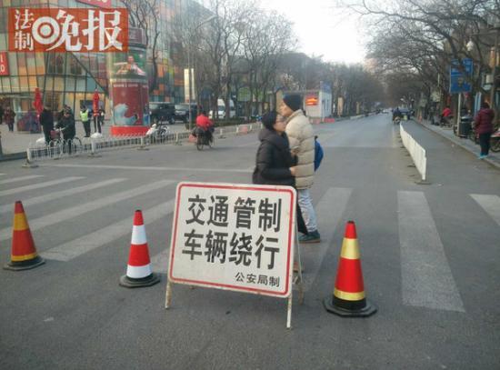 北京三里屯今晨布置警力 太古里已撤所有垃圾桶