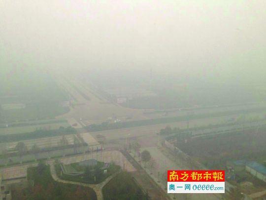 """12月9日,河北邢台市区,重霾之下,远处的楼宇都""""消失""""了。"""