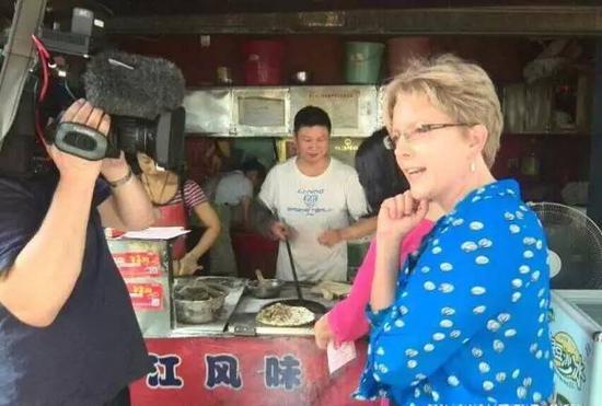 客岁6月,BBC也予以了重视,说在梅干菜扣肉饼门前,许多旅客需要与邵建华合影。图/Josephine