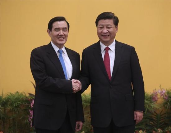 11月7日,两岸领导人会面在新加坡香格里拉大酒店举行。这是习近平同马英九握手。 新华社记者 兰红光 摄