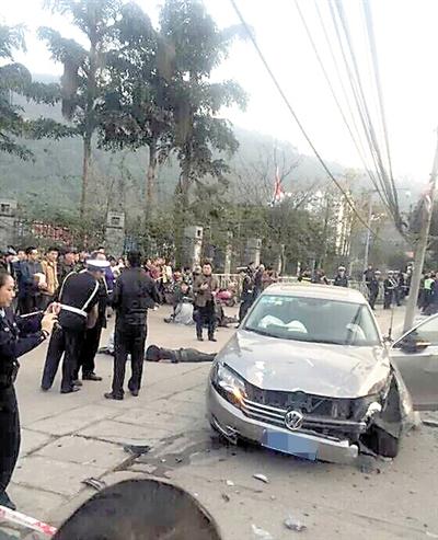 车祸现场。 城科院门口,大众轿车失控连撞7人 一被撞老人因伤情过重,抢救无效身亡;肇事车主是个20来岁的小伙子