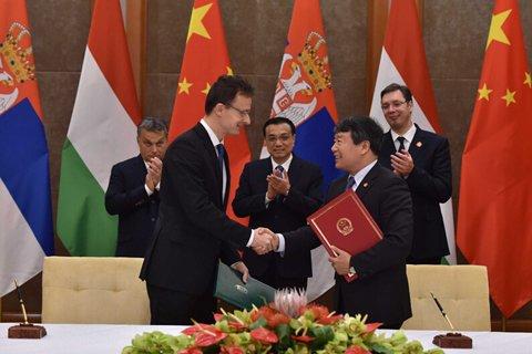 """(资料图)11月24日下午,第四次中国-中东欧国家领导人会晤后,李克强总理和匈牙利、塞尔维亚两国总理共同见证16+1合作""""旗舰项目""""匈塞铁路两个合作文件签署。"""