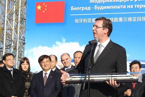 2月23日,在塞尔维亚诺维萨德,塞尔维亚总理武契奇在匈塞铁路塞尔维亚段启动仪式上致辞。
