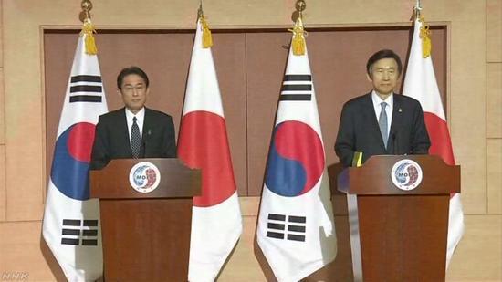 日本外相岸田文雄(左)和韩国外长尹炳世(右)出席联合记者会
