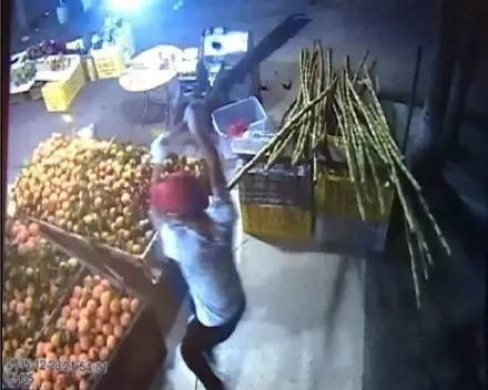 珠海平沙一家生果店不久前遭蒙面女子打砸。(视频截图)