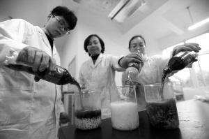 试验人员分别向装有方便面的烧杯里注入可乐或雪碧