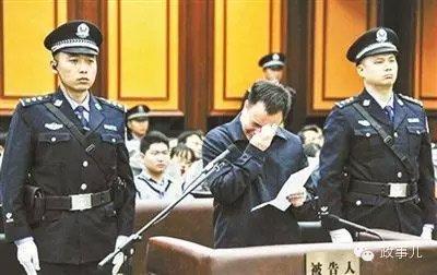 万庆良受审。