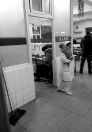 护士抱着小狗出了配药室
