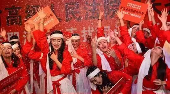 """该集团官网的这封举报信还配发了""""杭州六月飞雪,百名窦娥鸣冤""""的舞台剧照片。引发了舆论广泛关注。"""