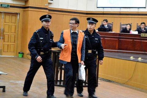 一审庭审结束后,周文斌表情轻松,面露笑容。