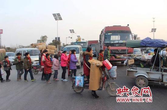 由于这个路口没有设红绿灯,大货车非常多,而且车速都非常快,村民们和孩子们每次经过都是心惊胆战。