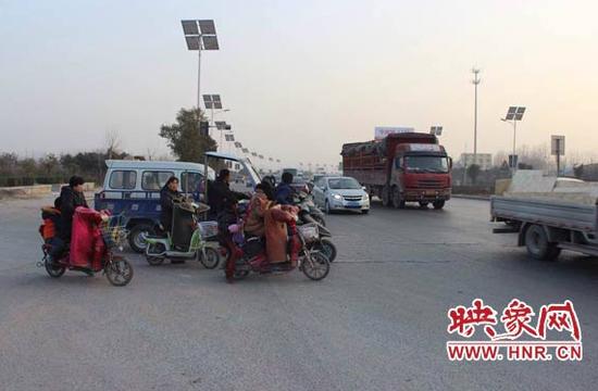 这两个村民组的村干部告诉记者,自从郑新快速路开通后,他们就一直向上级反映要求在村民必经的路口设置红绿灯,这个路口经常发生交通事故。但事情过去一年多了还是没有一点动静。