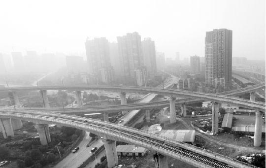 雾霾中的武咸城铁武汉南湖片。记者 王筝 摄