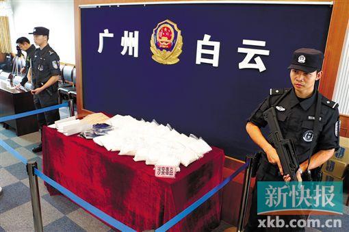 这个跨境贩毒团体将毒品藏在女包傍边,贪图用快递寄往国家台湾。图为缉获的毒品。
