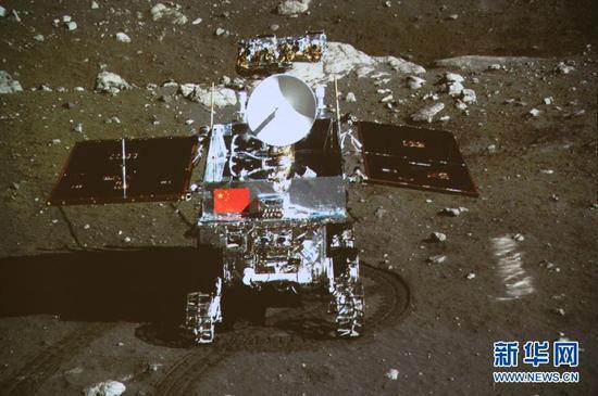 """12月15日晚,正在月球上发展科学勘探事情的嫦娥三号着陆器和巡查器停止互成像试验,""""两器""""顺遂互拍,嫦娥三号使命获得满意成功。"""