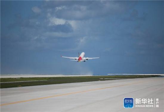 1月6日,海南航空的飞机从永暑礁新建机场腾飞,前往海口。新华社记者金立旺摄