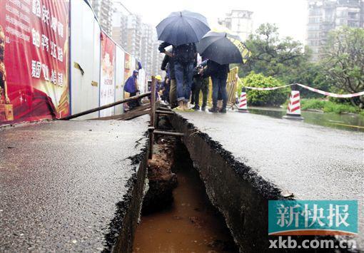 昨日,白云区怡新路发生地陷,路面裂开一条长缝并沉降,工人在现场抢修。