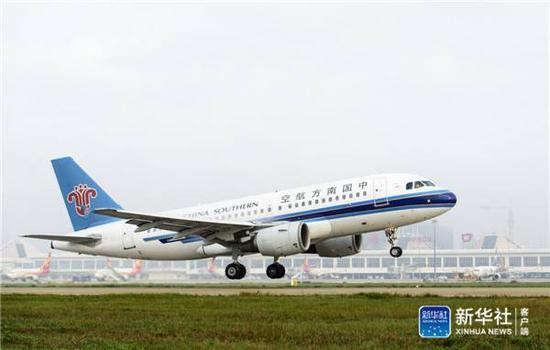 1月6日,南边航空的飞机从海口美兰机场腾飞,飞往永暑礁。新华社记者陈益宸摄