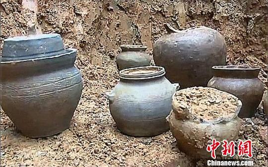 乡民挖出的夏布纹陶罐。 李川 摄