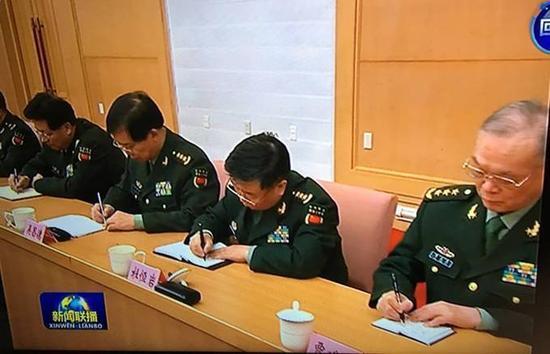 杜恒岩(右二)就坐于原总政治部副主任贾廷安(右一)和吴昌德(右三)之间。央视新闻联播画面