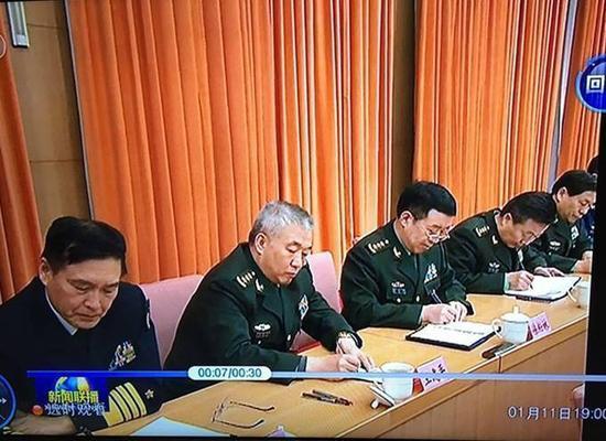 徐粉林(左三)就坐于原副总参谋长王冠中(左四)和副总参谋长王建平(左二)之间。央视新闻联播画面