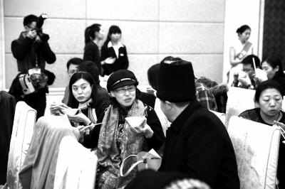 与会人员现场品尝羊肉。京华时报记者贾婷摄