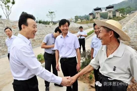 2014年,时任省委副书记、省长的魏宏(左一)在巴中调研