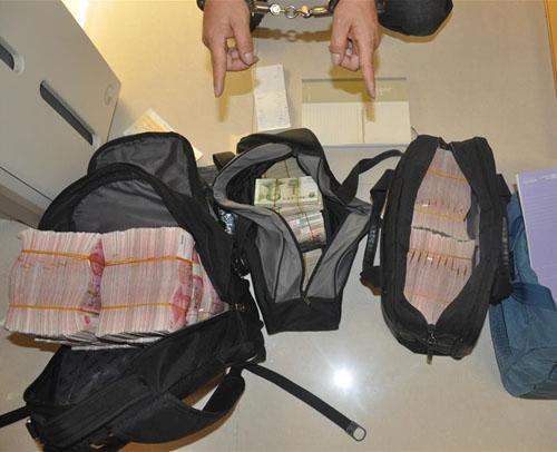 这是警方在地下钱庄缴获的赃款(2015年4月1日摄)。1月11日,广东省公安厅披露,2015年查处地下钱庄案件83宗,已破案件的涉案金额超过2000亿元。