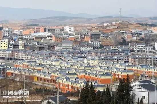 今天的毕节市迤那镇,已经盖起了大片的村名迁居房。(中国台湾网 宣玲玲 摄)